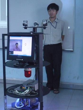 Robot của tiến sĩ Nguyễn Đức Thành đang phân tích cảm xúc trên khuôn mặt của một người. Ảnh: Hương Thu.