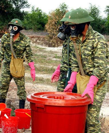 Lực lượng chức năng trong trang phục phòng chống chất độc tiến hành khai quật thu gom các loại chất độc