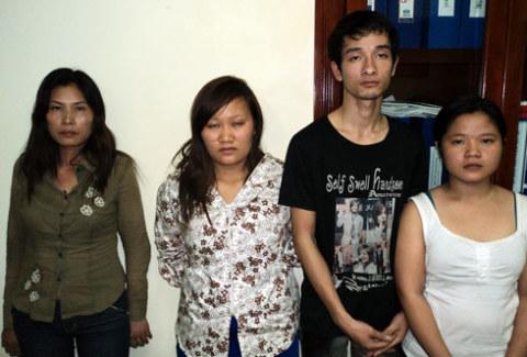 4 trong 5 người liên quan đến đường dây buôn người bị bắt tại cơ quan điều tra.