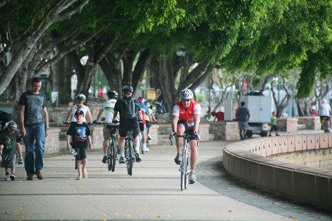 10. Con đường ven sông Brisbane ở Southbank Parlands có rất đông người đạp xe hay đi bộ. Đây cũng là nơi có thể nhìn toàn cảnh khu Brisbane CBD ở phía bên kia sông. Lễ hội, pháo hoa đầu năm và những sự kiện lớn của thành phố thường được tổ chức tại đây.
