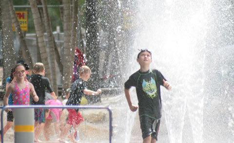 11. Trẻ em vui đùa ở khu hổ bơi và biển nhân tạo tại Southbank Parklands, chỉ cách khu Brisbane CBD khoảng năm phút đi bộ.