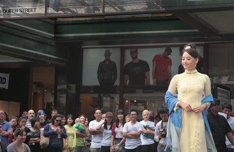 12. Bạn Lê Yến Ngọc, du học sinh ở Brisbane trình diễn áo dài trong Festival Áo Dài tại Queen Street Mall. Sự kiện này được hội sinh viên các trường ở Brisbane phối hợp tổ chức vào ngày 1/5/2011 để giới thiệu văn hóa Việt Nam với người dân Australia.