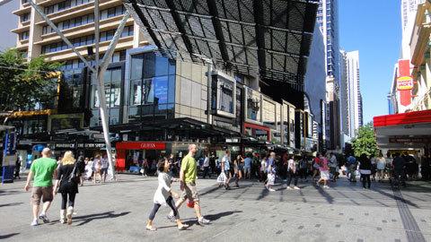 6. Phố đi bộ Queen Street Mall lúc nào cũng nhộn nhịp người qua lại. Dọc đường Queen Street này là hàng loạt khu trung tâm mua sắm nối tiếp nhau.