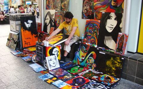 8. Một người họa sĩ cần mẫn trên phố đi bộ Queen Street Mall. Ở những phố đi bộ rất dễ bắt gặp những người nghệ sĩ vô danh, một cách lặng lẽ họ góp thêm cho cuộc đời những sắc màu và âm thanh tươi đẹp.