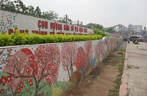 """Tháng 10/2010, """"Con đường gốm sứ ven sông Hồng"""" - công trình kỷ niệm đại lễ 1000 năm Thăng Long - Hà Nội được khánh thành"""