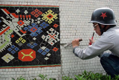 Để khắc phục tình trạng xuống cấp, những người thợ này phải thường xuyên tu sửa các đoạn tranh bị hư hỏng.