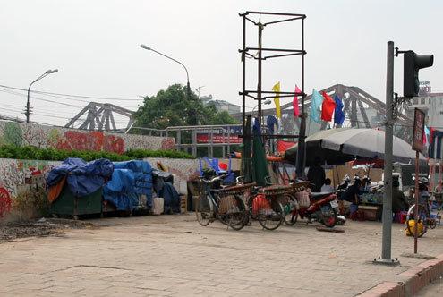 Còn ở khu vực chợ Long Biên, bức tranh gốm bị hàng hóa...