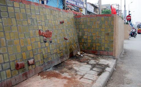 Nhiều khu vực tranh gốm trở thành nơi đi vệ sinh...