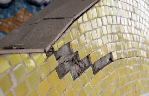 Những vết nứt thường xuất hiện giữa phần tường cũ và tường mới.