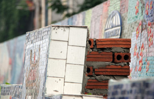 Và xây những trụ đỡ phía sau phần tường được xây nhô lên.