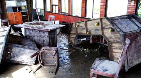 Quan cảnh tan hoang tại tầng 1 của du thuyền