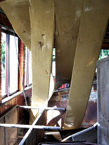 Mái á trần ở tầng 1 bị đổ sập