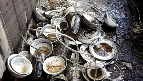 Bát đĩa, ly.. vật dụng trên tàu nằm vương vãi khắp lối đi vào gian bếp