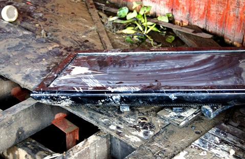 Chiếc tivi LCD nơi khoang tàu tổ chức sinh nhật của cháu Đạt bị rơi xuống sàn nhưng không vỡ