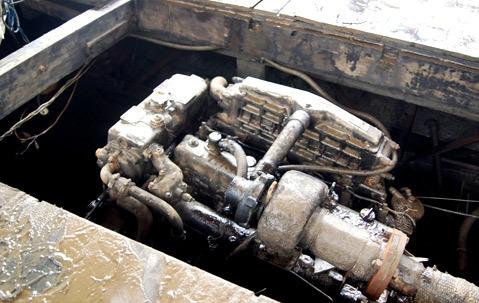 Một thợ lặn chỉ nơi hầm máy nơi mà sáng 23/5 các anh mới phát hiện cháu Phạm Xuân Khánh, nạn nhân cuối cùng bị vùi lấp trong đóng sình bùn, dầu máy
