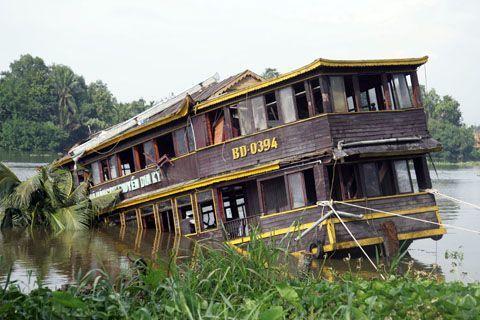 Tàu Dìn Ký đã được kéo lên, neo đậu phía bên bờ TP HCM - đối diện khu du lịch Dìn Ký. Ảnh: An Nhơn