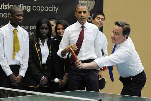 """Trong chuyến thăm trường học Globe Academy ở miền nam London, Obama đã hỏi khi bước vào phòng tập thể dục với ống tay áo xắn lên: """"Ai muốn chơi bóng với tôi?""""."""