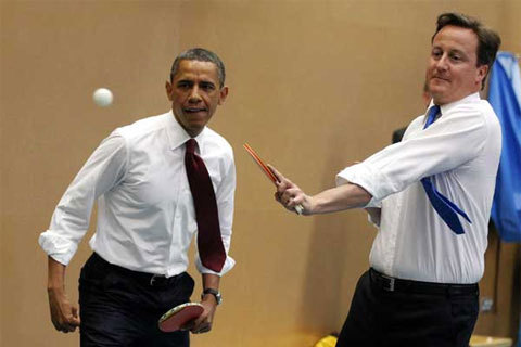 Trận đấu nhanh chóng trở nên kịch tính khi các nhà lãnh đạo thở dài lúc đánh trượt bóng, hay đập tay hứng phấn lúc ghi bàn.