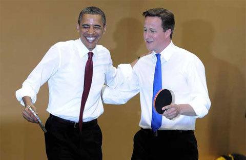 """""""Bóng bàn là thể thao"""", Obama an ủi Cameron khi Thủ tướng Anh đánh trượt một quả."""
