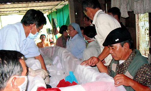 Những lần khẩm liệm cho bệnh nhân AIDS của nhóm thiện nguyện.