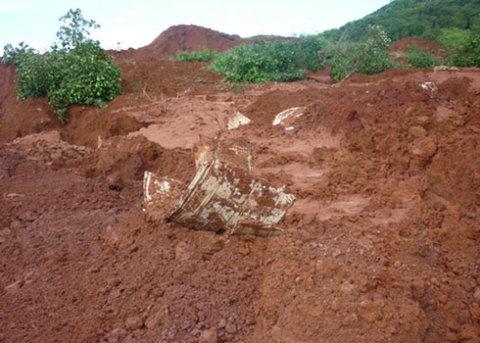 Mảnh vỡ ống dẫn nước bằng nhựa. Nhiều người cho rằng ống nước thủy điện bằng nhựa gây rò rỉ nước, lại được chôn lấp trên đất đỏ không có nền móng bê tông làm giá đỡ, là nguyên nhân xảy ra sự cố. Ảnh: Lưu Quỳnh