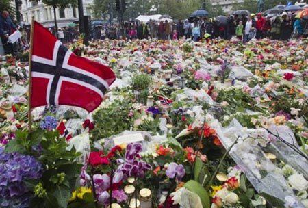 Người dân Na Uy tưởng nhớ nạn nhân vụ khủng bố ở thủ đô Oslo. Ảnh: AFP.