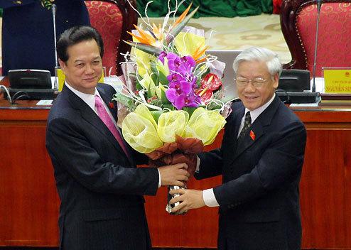 Tổng bí thư Nguyễn Phú Trọng chúc mừng Thủ tướng Nguyễn Tấn Dũng. Ảnh: Tiến Dũng