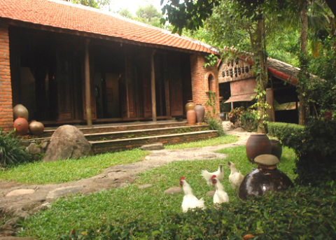Ảnh 1: Hai ngôi nhà rường cổ xưa đặc trưng xứ Quảng được NSƯT Đoàn Huy Giao sử dụng trưng bày các hiện vật gốm cổ thuộc các nền văn hóa: Sa Huỳnh, ChămPa, Đại Việt…Ảnh: Trí Tín