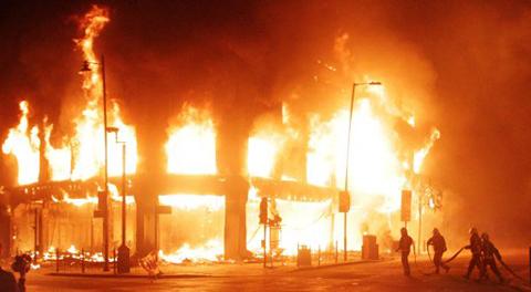 Lực lượng cứu hỏa dập lửa tại một tòa nhà.