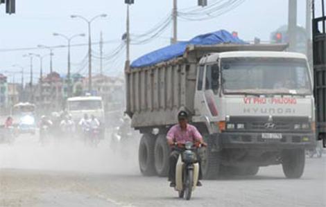 Ô nhiễm không khí do bụi luôn là nỗi cho người dân thủ đô. Ảnh: Hoàng Hà.