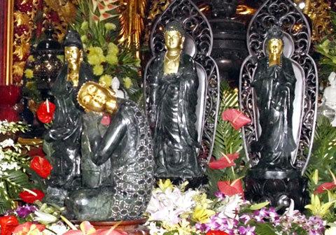 Bốn pho tượng Phật ngọc được trưng bày ở gian nhà chính diện của nhà chùa. Ảnh: Tá Lâm.