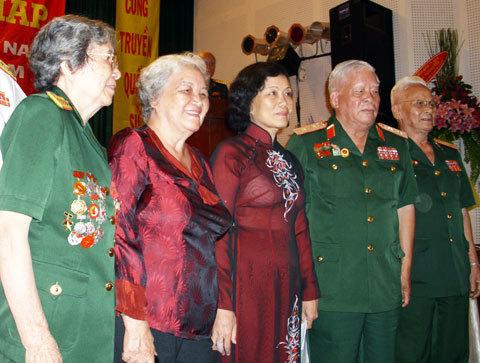 Các chiến sĩ Điện Biên Phủ chụp ảnh kỹ niệm với con gái đại tướng Võ Nguyên Giáp. Ảnh: Tá Lâm.