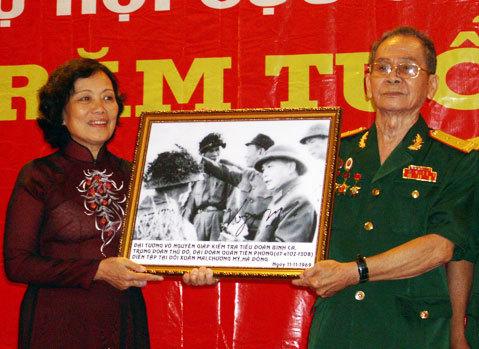 Con gái đại tướng Võ Nguyên Giáp nhận tranh các cựu chiến binh gửi tặng Đại tướng. Ảnh: Tá Lâm.