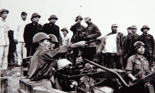 Đại tướng Võ Nguyên Giáp và Trung tướng Song Hào - Chủ nhiệm Tổng cục Chính trị Quân đội Nhân dân Việt Nam quan sát Đại đội 6, Trung đoàn 233, Đoàn Cao xạ Đống Đa huấn luyện (Tết Mậu Thân 1968).