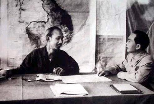 Chủ tịch Hồ Chí Minh và Đại tướng Võ Nguyên Giáp bàn kế hoạch tác chiến Chiến dịch Điện Biên Phủ (1954).