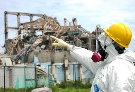 Một chuyên gia của Cơ quan Năng lượng Nguyên tử Quốc tế thị sát nhà máy Fukushima I hôm 11/5. Ảnh: AP.