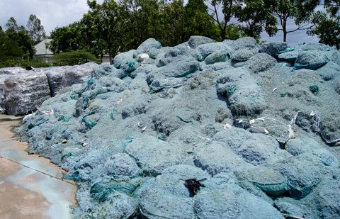 Hàng trăm tấn da phế phẩm được vứt đổ bừa bãi xung quanh công ty