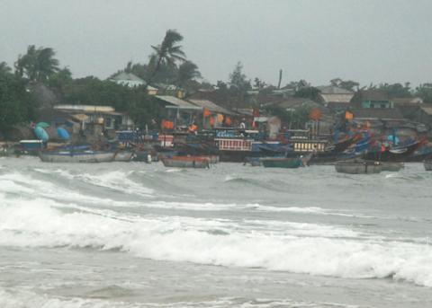 Do ảnh hưởng áp thấp nhiệt đới, vùng biển Quảng Ngãi trong hai ngày qua có sóng lớn giật cấp 7, cấp 8 gây nguy hiểm cho nhiều tàu cá. Ảnh: Trí Tín