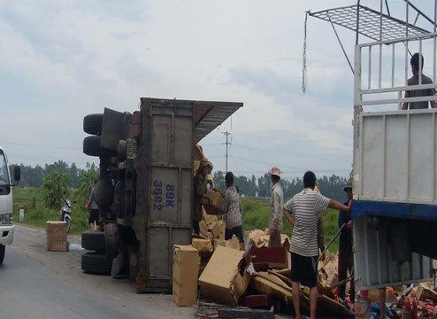 Chiếc xe tải chở đầy tương ới lật nghiêng tại quốc lộ 1A (đoạn qua huyện Quỳnh Lưu, tỉnh Nghệ An), trước đó đã bị người qua đường