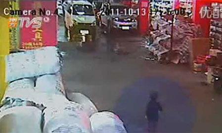 Hình ảnh camera giám sát ghi lại thời điểm trước khi bé Yue Yue bị chiếc xe tải đâm. Ảnh: Shanghaiist