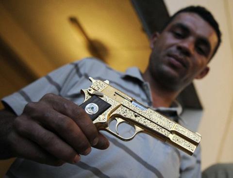 Khẩu súng bằng vàng của cựu lãnh đạo Libya Moammar Gadhafi. Ảnh: AFP.
