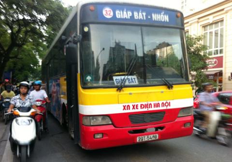 Xe buýt tuyến 32 Giáp Bát, Nhổn, va chạm với một xe máy khiến người đàn ông tử vong tại chỗ.