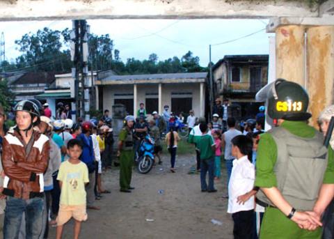 Công an huyện Bình Sơn điều động cảnh sát điều tra, cảnh sát 113 phong tỏa hiện trường, điều tra vụ án giết người chiều tối qua. Ảnh: Trí Tín