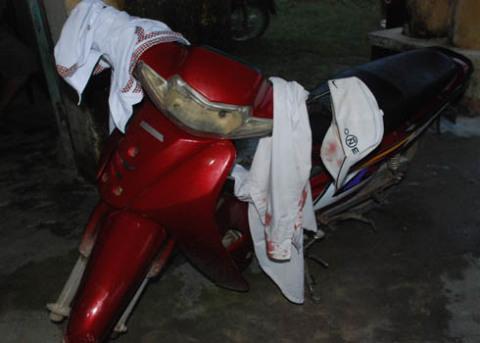 Sau khi hai thanh niên chở Khoa đến Trạm xá Bình Nguyên cấp cứu, biết Khoa chết, hai thanh niên này bỏ lại hiện trường chiếc xe Wave màu đỏ cùng mũ, áo thấm máu. Ảnh: Trí Tín