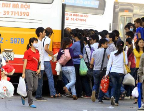 Người dân chen lấn, xô đẩy để được lên xe buýt.