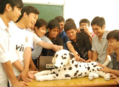 Sinh viên hào hứng với chú chó robot Rudo. Ảnh do tiến sĩ Nguyễn Bá Hải cung cấp.