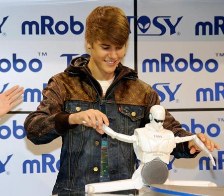 Ca sĩ Justin Bieber chơi với mRobo tại CES 2012 vào ngày 11/1. Ảnh: TOSY.