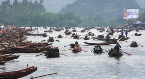 6h sáng nay, các bến đò lên chùa Hương ngập tràn thuyền và người đi chơi lễ hội