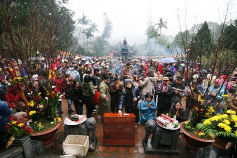Trời mưa rét nhưng vẫn có hàng vạn người dân khắp nơi đổ về vào sáng nay.