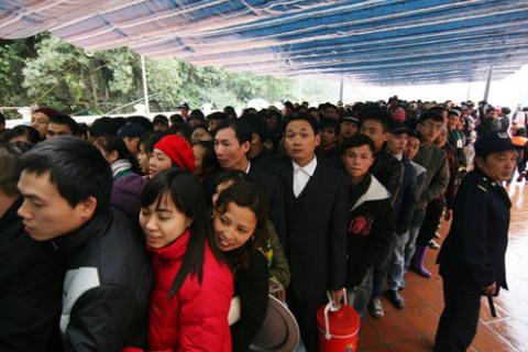 Để được đi cáp treo, hàng nghìn người phải xếp hàng dài...